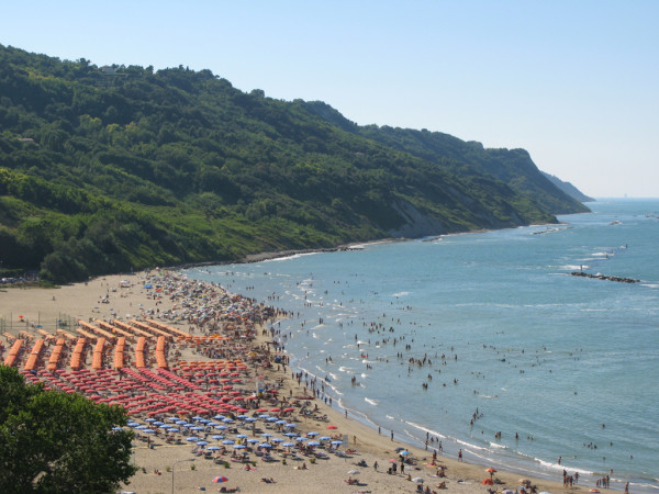 Spiaggia di Baia Flaminia in Agosto