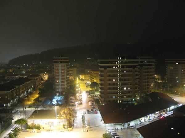 Panoramica notturna sui locali di Baia Flaminia