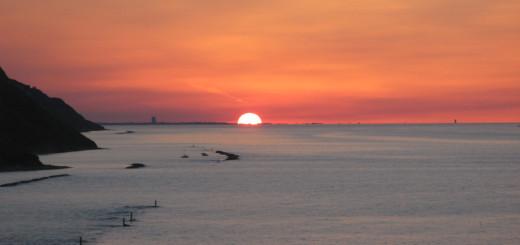 Sole al tramonto tra i grattacieli di Rimini e Cesenatico