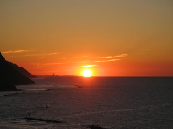 Sole sull'orizzonte al tramonto visto da Baia Flaminia