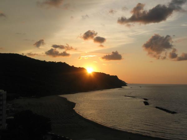 Sole al tramonto sul Monte San Bartolo