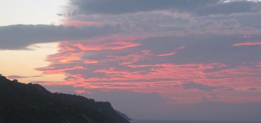 Manto rosa di nuvole al tramonto sopra il San Bartolo