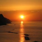 Il sole ancora abbagliante lascia la sua di luce sul mare la sera del 22 giugno 2016