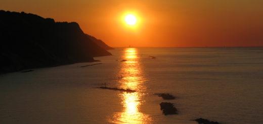 La sera del 28 giugno 2016 il sole al tramonto esattamente sopra il grattacielo di Rimini