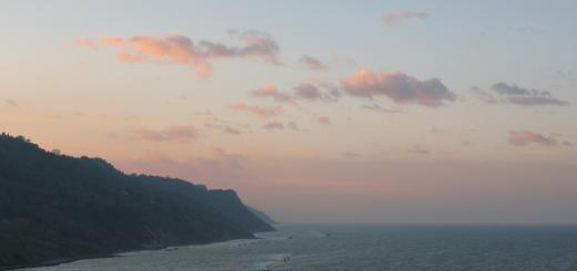 Cielo e nuvole rosa al tramonto in Baia Flaminia