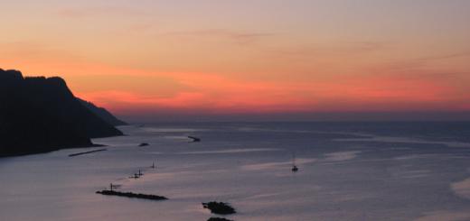 Cielo rosso all'orizzonte nel tramonto a Baia Flamimia