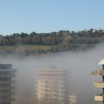 I palazzi in Baia sono coperti dalla nebbia