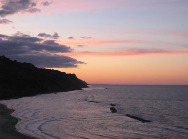 Nuvole colorate al tramonto in Baia Flaminia