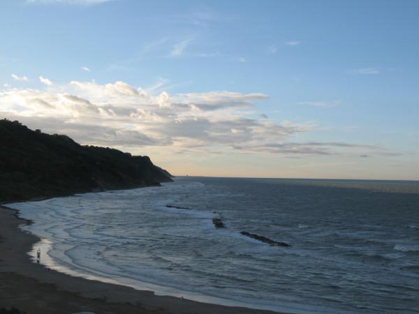 Mare agitato e cielo limpido in Baia Flaminia