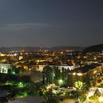 Panorama della città di notte dalla Baia Flaminia