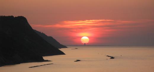 Il sole al tramonto tocca il grattacielo di Rimini