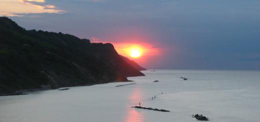 Sole al tramonto sbuca dalle nuvole