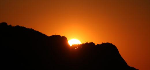 Il sole al tramonto si nasconde dietro il San Bartolo nella serata del 17 maggio 2017