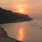 Riflesso del sole sul mare al tramonto.