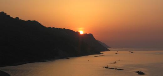 Il sole tramonta dietro il San Bartolo
