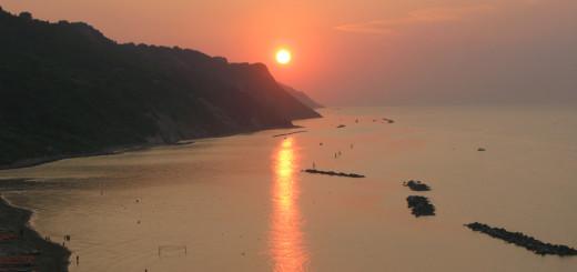 Sole al tramonto con riflesso sul mare