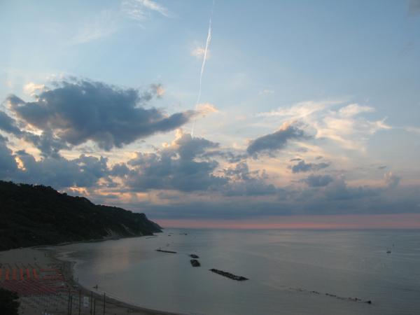 Giochi di luce tra le nuvole al tramonto in Baia Flaminia