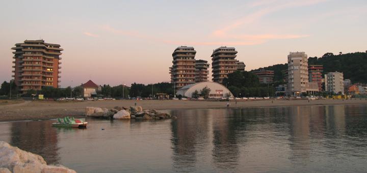 Panoramica di Baia Flaminia dal pennello sul fiume Foglia