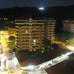 Panorama notturno della Baia Flaminia dall'alto